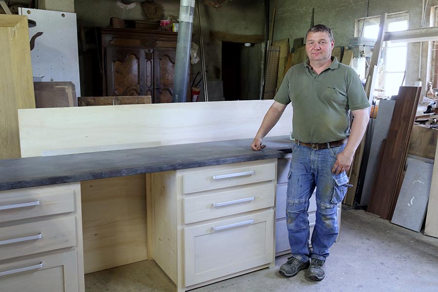 Eric-Servignat-devant-une-cuisine-en-cours-de-finition