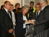 Signature du livre d'or du musée par la secrétaire d'État